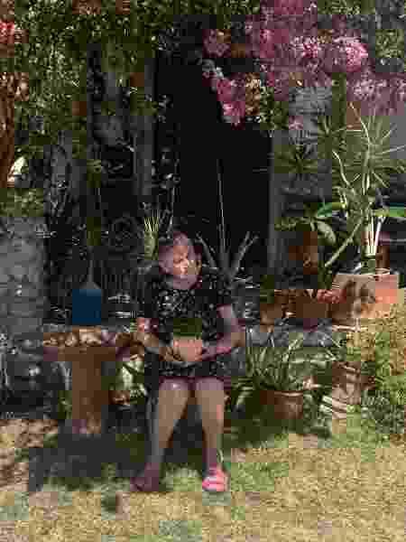 Marina Gomez, mãe de Marina Adame, no jardim de sua casa em Los Angeles - Arquivo pessoal - Arquivo pessoal