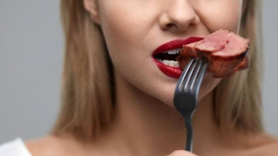 Os humanos comem carne há milênios, mas nos últimos anos surgiram dúvidas sobre essa dieta - Getty Images
