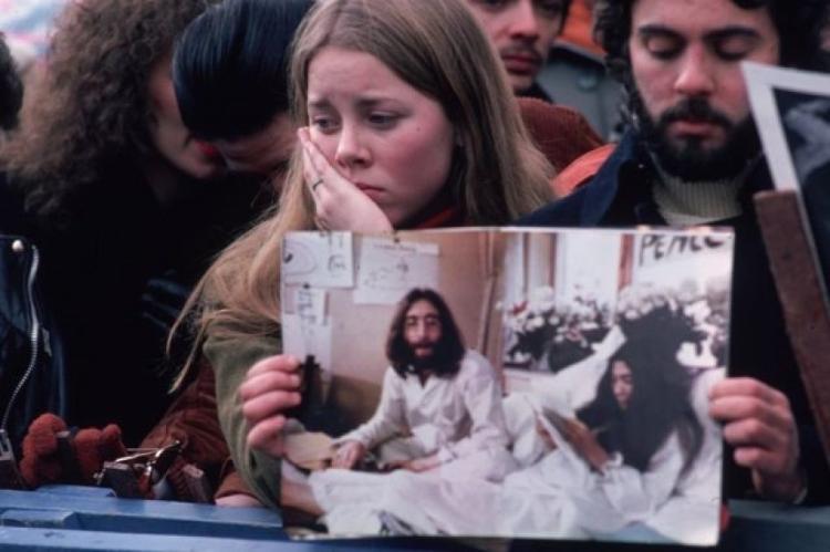 Fãs de Lennon em luto reunidos no Central Park - GETTY IMAGES - GETTY IMAGES