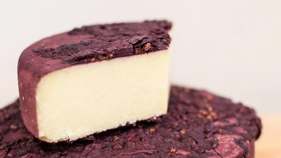 """Produzido na queijaria espanhola Mas d""""Eroles, o Brisat tem a crista lavada com borra de vinho tinto - Reprodução"""