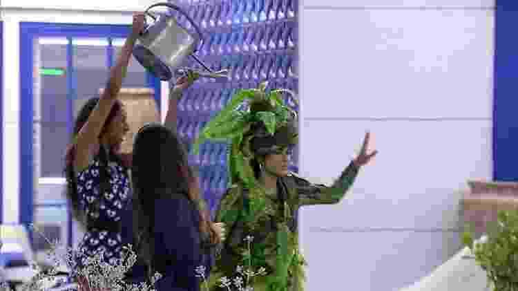 BBB 21: Camilla de Lucas brinca com Pocah durante festa na madrugada - Reprodução/Globoplay - Reprodução/Globoplay