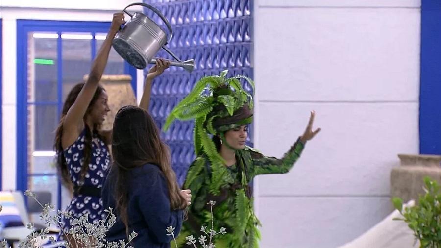 BBB 21: Camilla de Lucas brinca com Pocah durante festa na madrugada - Reprodução/Globoplay