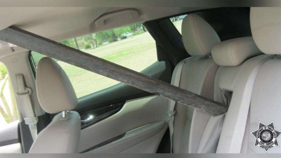 Pedaço de metal entra em SUV nos EUA - Reprodução
