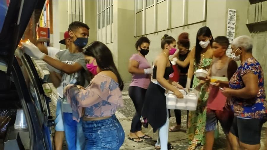 Grupo de amigos começou entregando 75 quentinhas, hoje prepara e distribui 200 a casa 15 dias - Arquivo pessoal