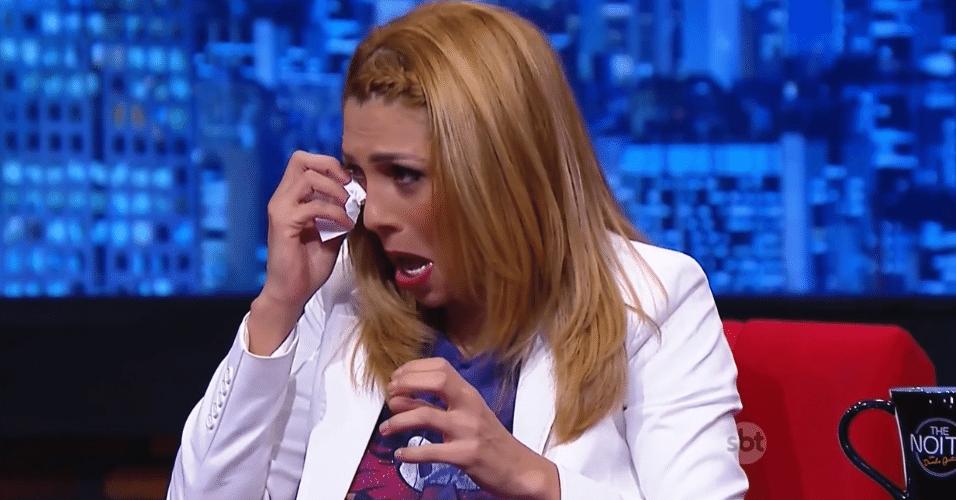 """2.jul.2015 - Marlei Cevada fica emocionada após ser pedida em casamento no palco do """"The Noite"""", por seu marido, Maurício, nesta quinta-feira. Os dois mantinham um relacionamento estável há 12 anos"""