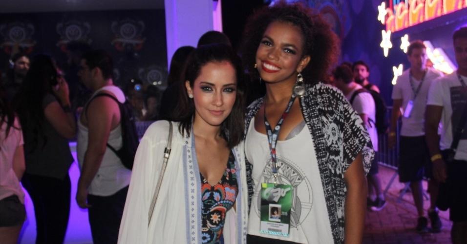 19.set.2015 - As atrizes Maytê Piragibe e Jennifer Nascimento são uma das primeiras e chegar para a segunda noite de shows, recheada de bandas de metal
