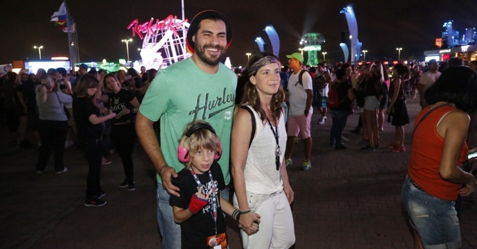 20.set.2015 - O ator Thiago Lacerda e a mulher Vanessa Lóes levam o filho Gael, de 7 anos, para assistir aos shows de Elton John, Rod Stewart, Seal e Paralamas do Sucesso