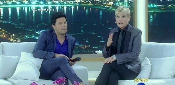 Ao lado de Thiago Servo, Xuxa usa terninho em seu programa e manda recado para Silvio Santos