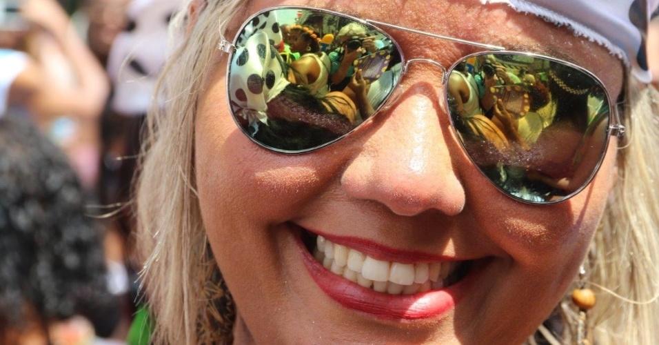 06.fev.2016 - Foliões usam fantasias bem-humoradas para curtir o desfile do bloco Cordão da Bola Preta, na região central do Rio de Janeiro.