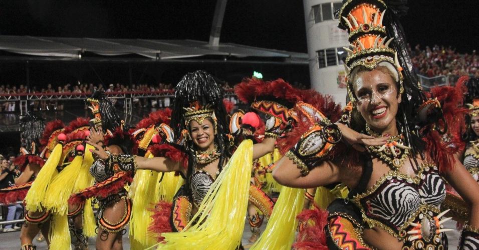 6.fev.2016 - Ala de mulheres chama a atenção no desfile da Águia de Ouro em São Paulo