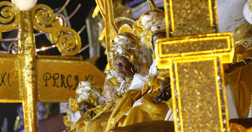07.fev.2016 - Integrante ntegrante da escola de samba Mocidade Alegre se prepara para o desfile na madrugada deste domingo