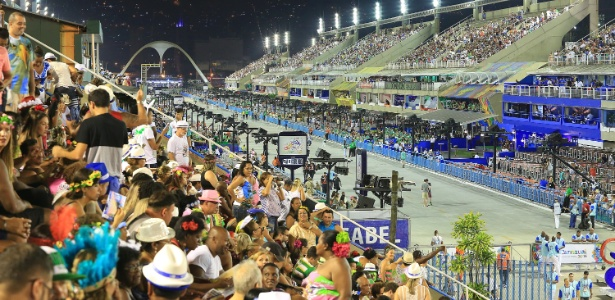 8.fev.2016 - Na arquibancada, público se prepara para assistir ao desfiles do segundo dia do Grupo Especial do Rio de Janeiro. Primeira escola a entrar na avenida é Vila Isabel