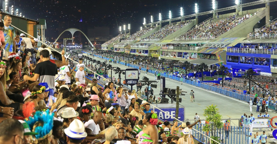 8.fev.2016 - Pouco mais de uma hora antes do início dos desfiles, arquibancada já está cheia para a segunda noite dos desfiles das Escolas de Samba do Grupo Especial na Sapucaí