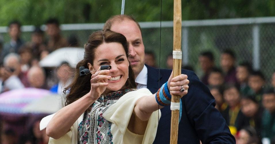 14.fev.2016 - Ao lado do príncipe William, Kate Middleton atira flecha durante visita a Thimphu, no Butão