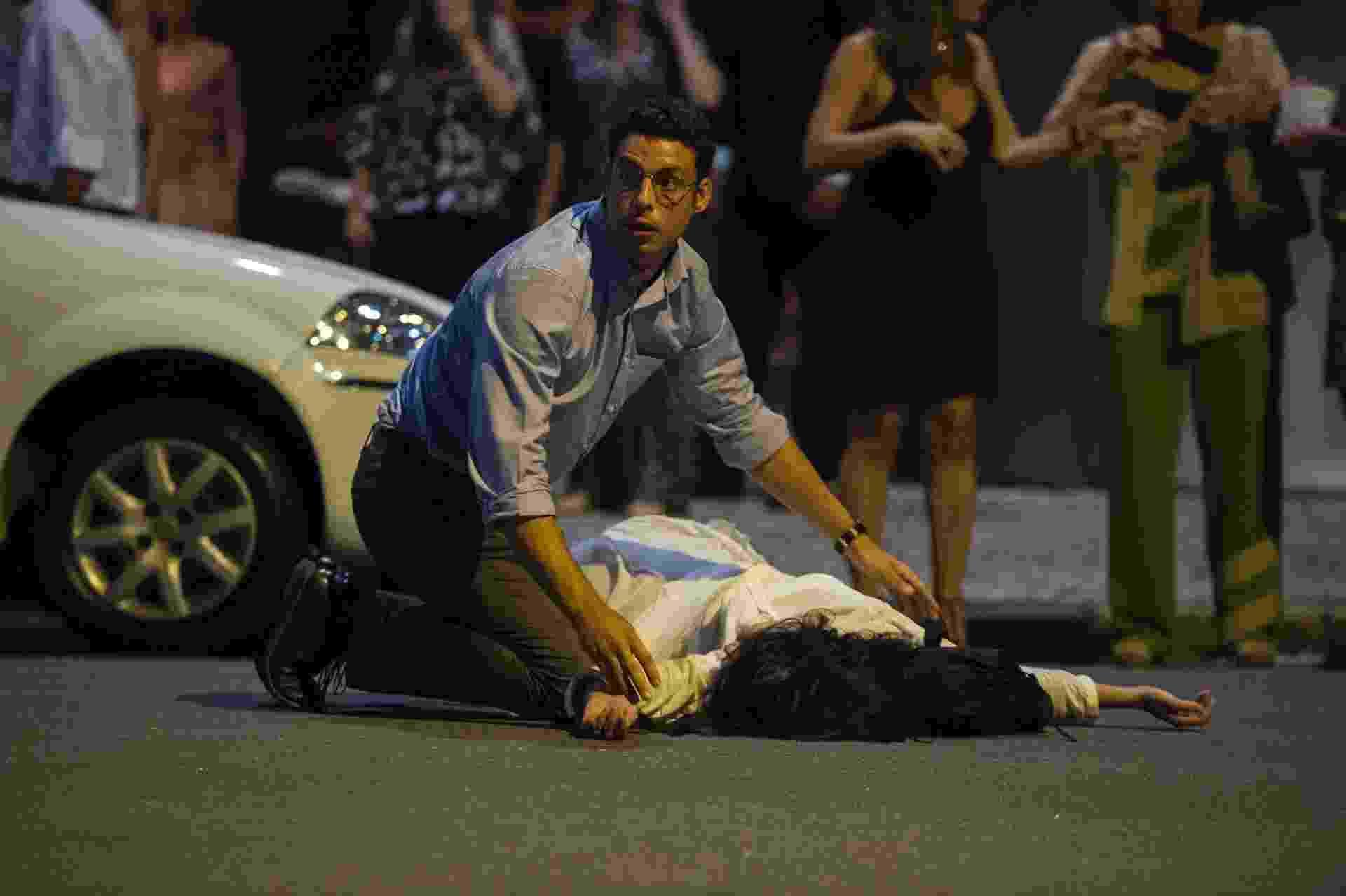 """8.jul.2016 - Maurício (Cauã Reymond) socorre a mulher Beatriz (Marjorie Estiano) após acidente em """"Justiça"""" - Divulgação/Globo"""
