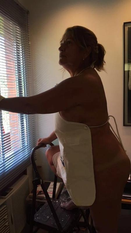 Tássia Camargo fez sucesso na internet ao publicar na internet uma foto nua limpando a casa - Reprodução/Facebook/Tássia Camargo