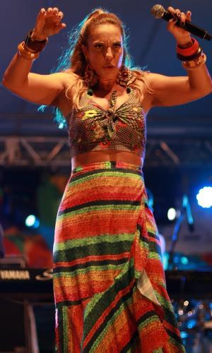 12.fev.2017 - Ivete Sangalo participou na noite deste domingo (12) do ensaio de Margareth Menezes, em Salvador. No Mercado Iaô, as duas mostraram um pouco do que vão cantar no Carnaval baiano