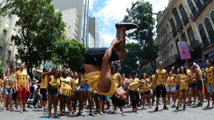 """Concentração do bloco """"AfroReggae"""" levou milhares de pessoas a enfrentar o calor do Rio de Janeiro - André Durão/UOL"""