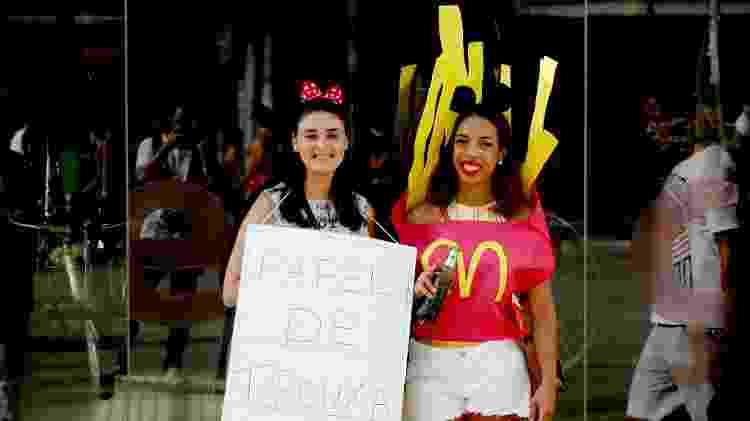 """4.mar.2017 - Lissandra da Silva, de """"papel de trouxa"""", Denise do Santos, fantasiada de batata frita, no bloco Rindo à Toa - Edson Lopes Jr./UOL - Edson Lopes Jr./UOL"""