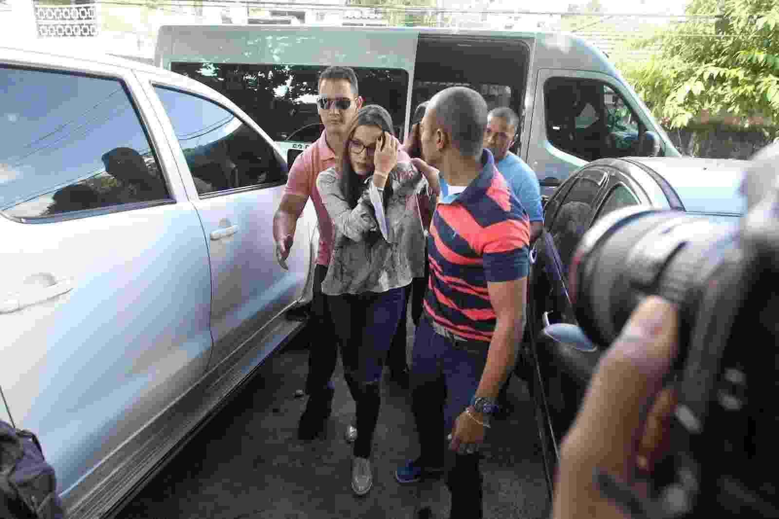Emilly chega à delegacia da mulher, no Rio, onde prestará depoimento - Marcello Sá Barreto / Ag News