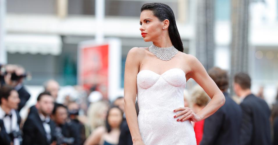 A top brasileira Adriana Lima roubou a cena e fez a diva com um longo branco da grife Naeem Khan