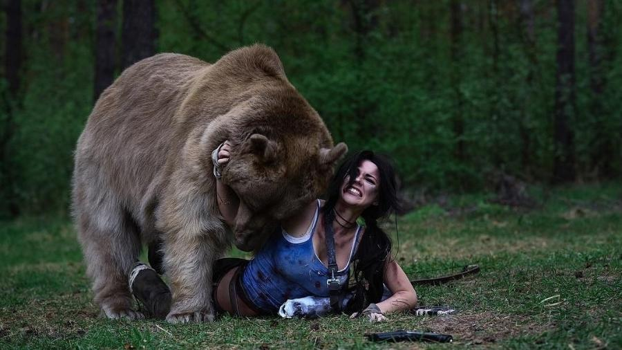 """Irina """"Captain Irachka"""" como Lara Croft; Stepan, o Urso como ele mesmo - Irina Porogova/Reprodução"""