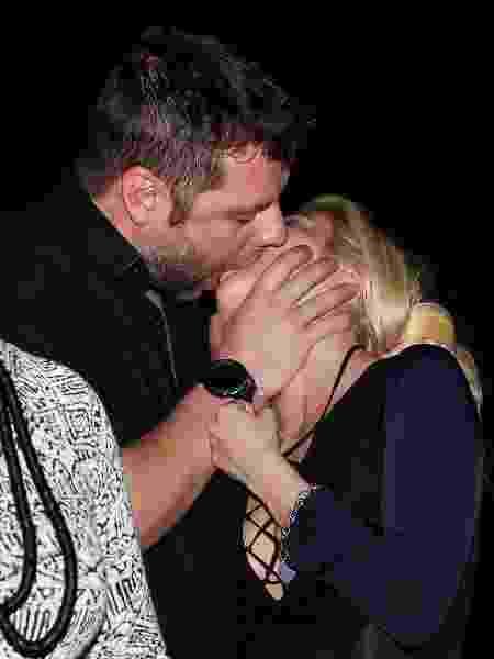 Luiza Possi troca beijos com Cris Gomes, diretor do Show dos Famosos - Manuela Scarpa/Brazil News