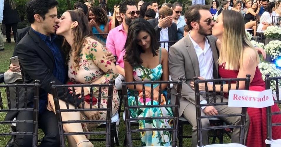 Mateus Solano e Paula Braun dão um beijão durante casamento de Maíra Charken no Rio