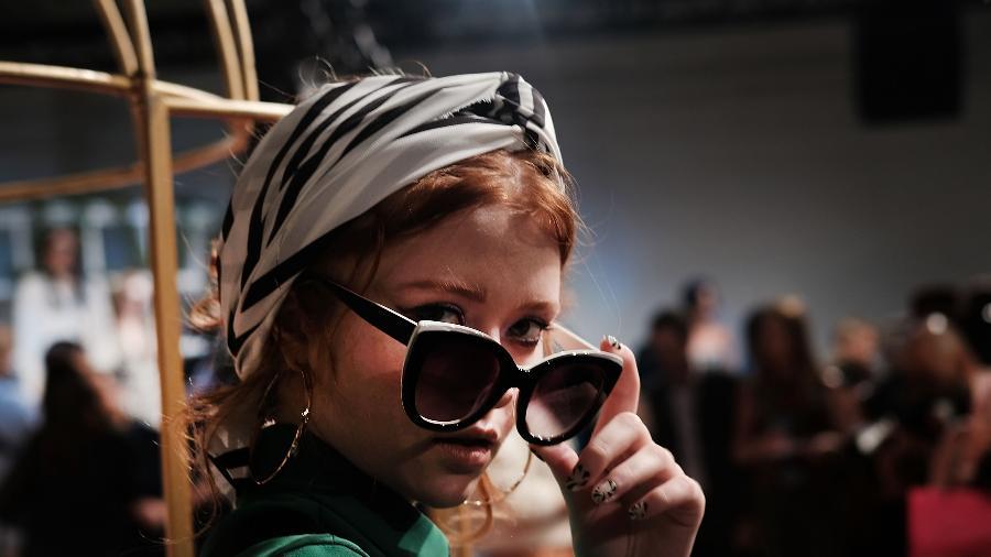 Modelo encara as câmeras na NYFW  - Getty Images