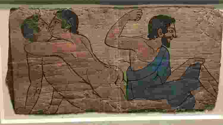 Pintura de tumba etrusca do século 1 a.C. exibida na mostra LGBTQ do Museu Britânico - Lígia Mesquita/BBC Brasil - Lígia Mesquita/BBC Brasil