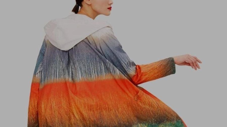 A estilista espanhola Sybilla colaborou com a Ecoalf criando uma coleção de roupas feitas com material reciclável, como este casaco - Ecoalf/Sybilla