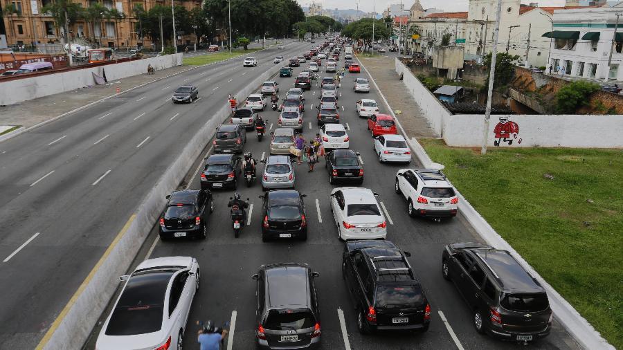 Motoristas enfrentam trânsito congestionado eme São Paulo na saída para o Carnaval - Nelson Antoine/Folhapress