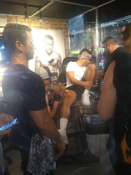 Caio Castro retocou a tatuagem em seu próprio camarote, no Anhembi  - Janaina Nunes