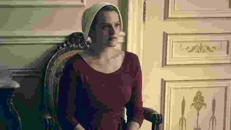 """Elisabeth Moss é June em """"The Handmaid"""
