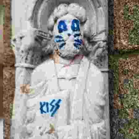 Escultura do século 12 é vandalizada - Reprodução/Twitter