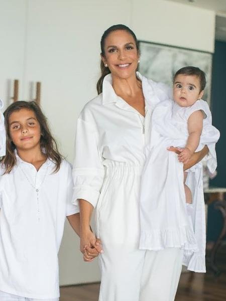 Ivete publicou uma foto com Daniel e os filhos Marcelo, Marina e Helena no final do batizado das meninas neste domingo (16) - Reprodução/Instagram/@ivetesangalo