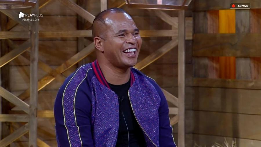 """Aloísio Chulapa é entrevistado por Marcos Mion após ser eliminado de """"A Fazenda 10"""" - Reprodução/PlayPlus"""