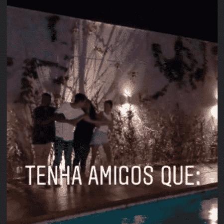 Bruna Marquezine pula na piscina de sua nova casa com amigos - Reprodução/Instagram
