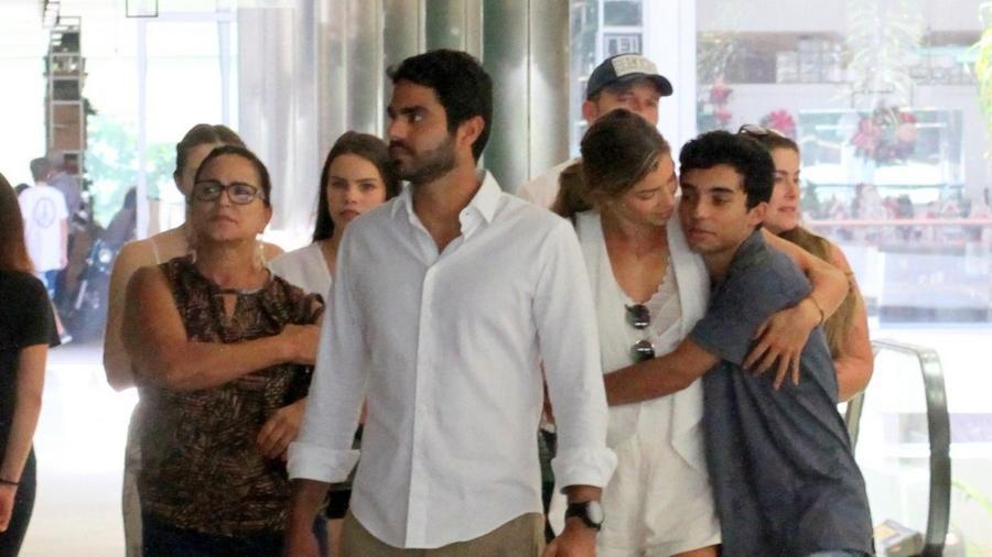 Grazi Massafera almoça com a família e o namorado (à frente) no Rio de Janeiro; na foto, ela aparece abraçada ao irmão - AgNews/Daniel Delmiro