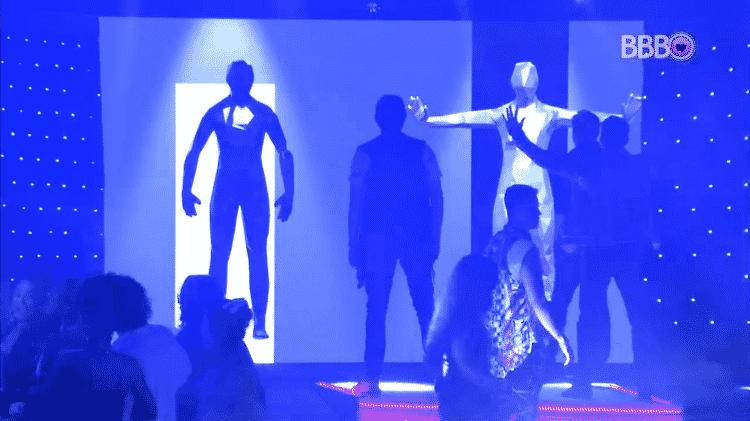 Participantes brincam com obras de arte da festa - Reprodução/GloboPlay - Reprodução/GloboPlay