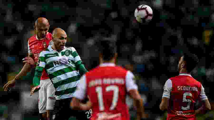 Raúl Silva disputa bola pelo alto com o atacante Bas Dost, do Sporting - Patricia de Melo Moreira/AFP