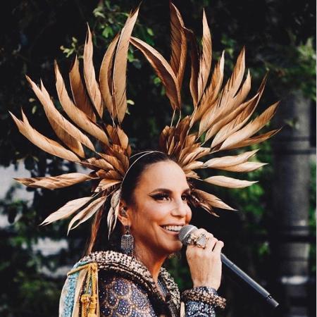 Ivete Sangalo usou cabeça de penas feita com processos de alta-costura - Rafa Mattei/Divulgação