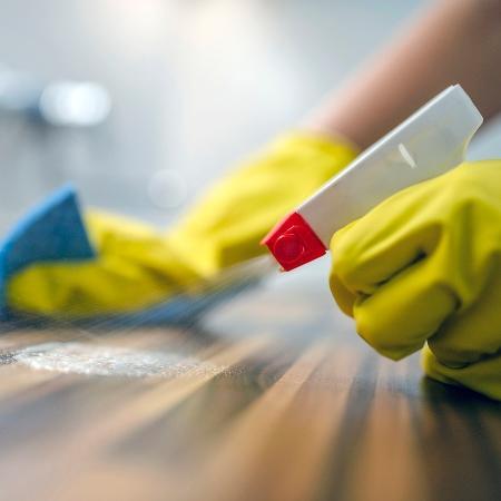 Não precisa limpar a parede todo dia, e sim lavar as mãos - ljubaphoto/iStock