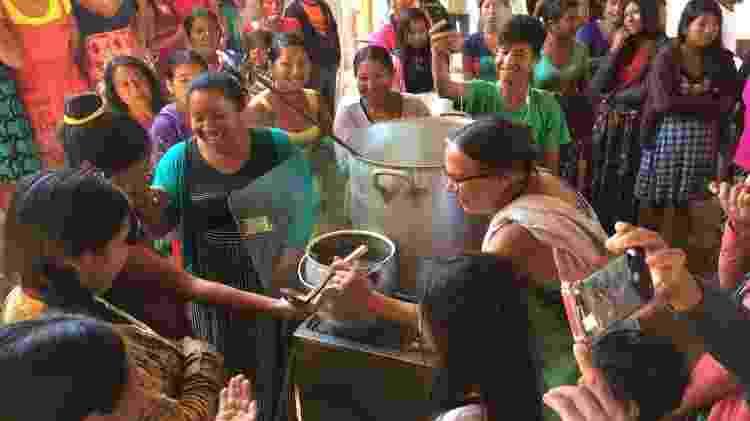 Sofia em oficina de culinária durante a Pesquisa Ação, sobre mudanças no modo de viver, na aldeia Ipatse do povo Kuikuro, DSEI Xingu, em 2018 - Acervo do Projeto Xingu/UNIFESP - Acervo do Projeto Xingu/UNIFESP