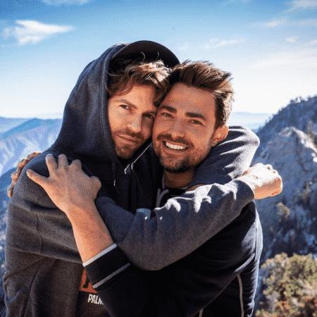 Jonathan Bennett e o namorado Jaymes Vaughan anunciaram noivado  - Reprodução/Instagram/@jonathandbennett