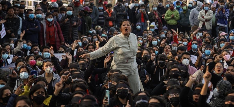 Mulheres foram às ruas do país para protestar contra a implementação da proposta de lei que proíbe viajantes do sexo feminino de viajarem sozinhas e sem a permissão da família e governo - Getty Images