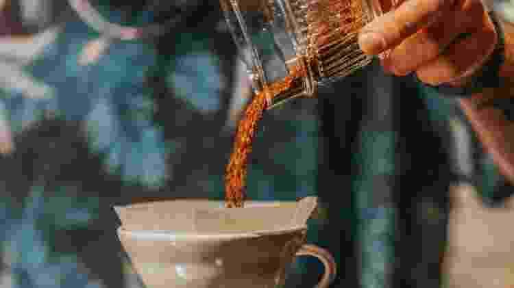 Quantidade de café sendo pesada no Hario V60 - Getty Images/iStockphoto - Getty Images/iStockphoto