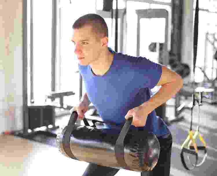 Remada com sandbag, treinamento funcional; exercício; treino - iStock - iStock