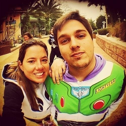 """2015 - Lucas Salles posa com a namorada, a produtora Camila Colombo. """"Felizes"""", escreveu"""