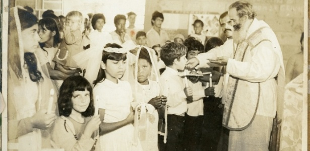 """Padre Dom Gurgel em atividade na igreja; imagem faz parte do livro """"Agonia de um Padre Casado"""" - Reprodução"""